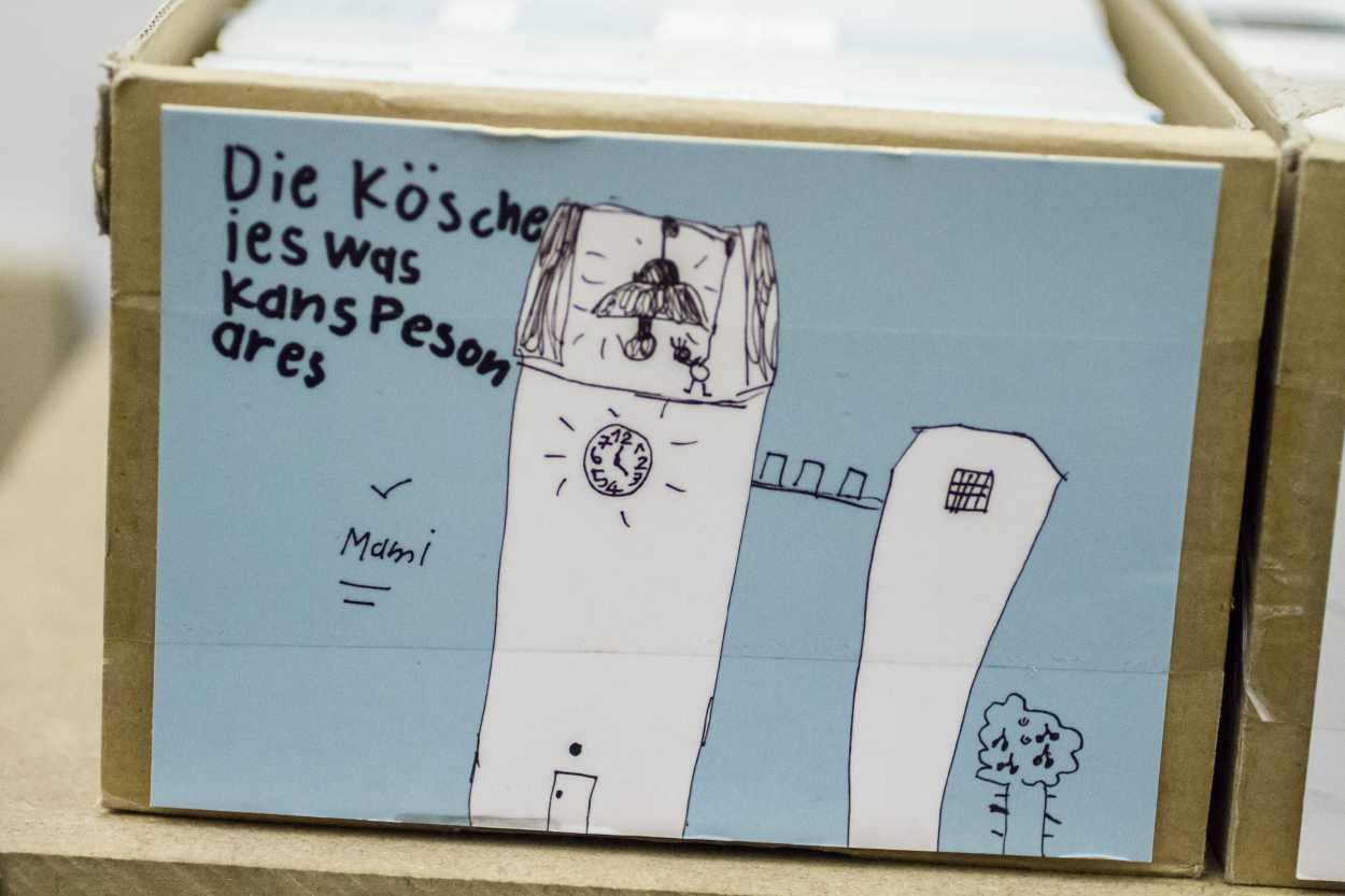 Postkarten in einem Karton im Lager der Buchkinder.