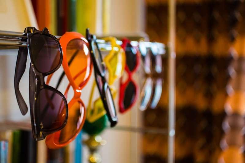Mehrere Sonnenbrillen hängen aufgereit nebeneinander in der Leipziger Dachwohnung.