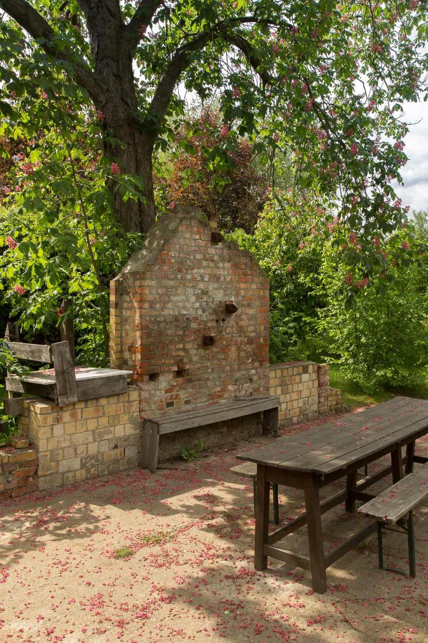 Blick auf einen Sitzbereich im Garten von Christina Weiß.