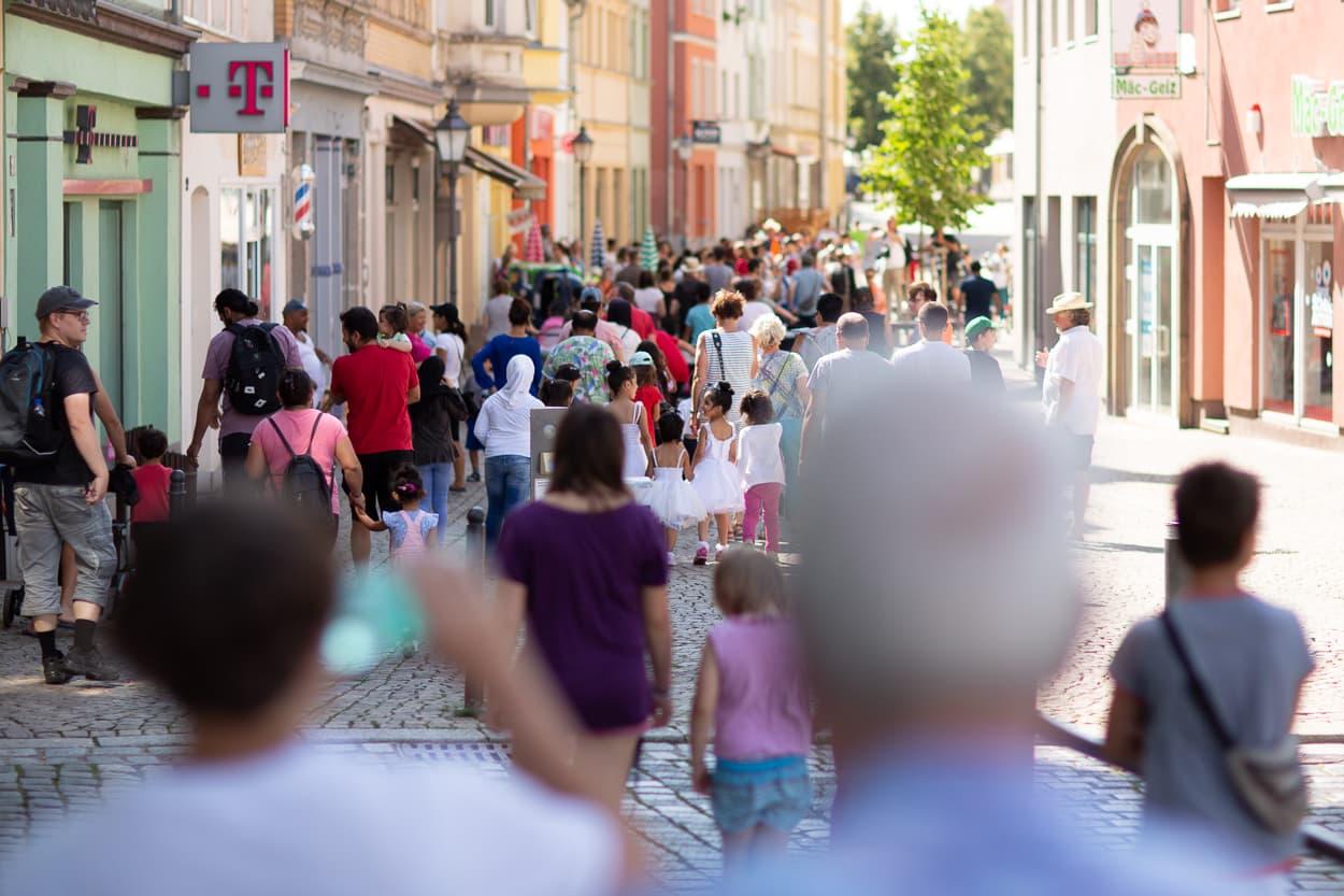 Viele Besucher begleiteten die Parade der Kinder des Zirkus Upsala durch die Zeitzer Innenstadt | Regentaucher Fotografie