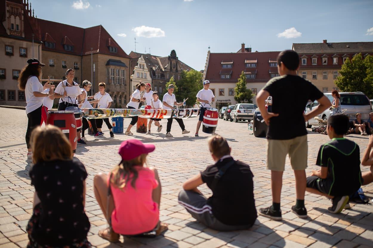 Trommeln und Singen waren Teile eines anderen Workshops, das Spektakel wurde als erstes auf dem Altmarkt aufgeführt. Und dann bewegte sich die Parade weiter durch die Stadt | Regentaucher Fotografie