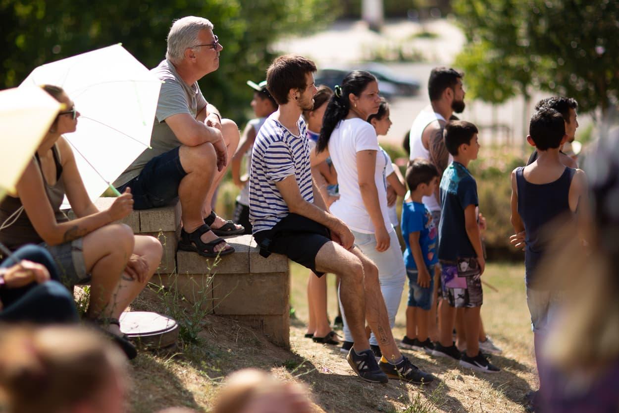 Auch zur Parade waren die Temperaturen so heiß, dass das Menschen vom Kloster Posa Projekt Regenschirme als Sonnenschutz verteilten. | Regentaucher Fotografie