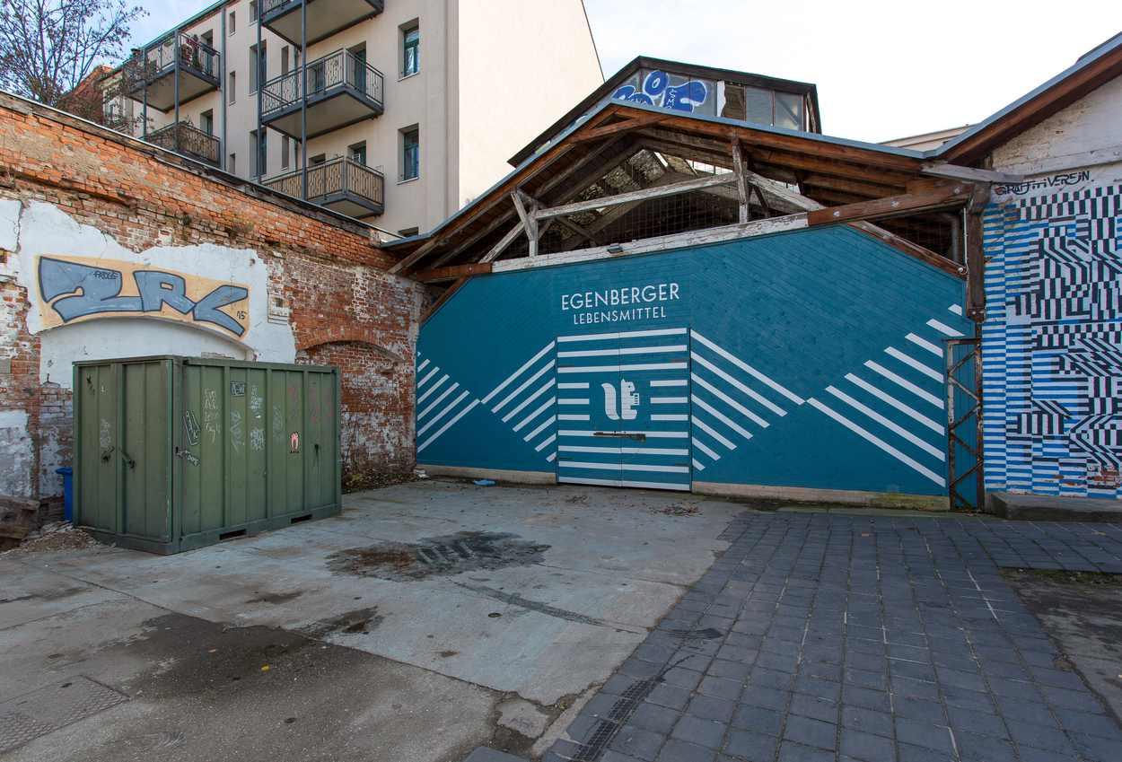 Die Egenberger Lebensmittel Remise auf dem Westwerk Gelände. Die Wandflächen hat Sebastian Gögel gestaltet. Das Logo ist von Philipp Paulsen.