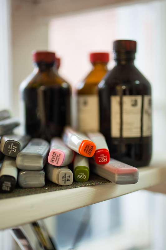 Glasflaschen und Stifte in einem Regal in Eva Walkers Atelier in Leipzig Plagwitz.