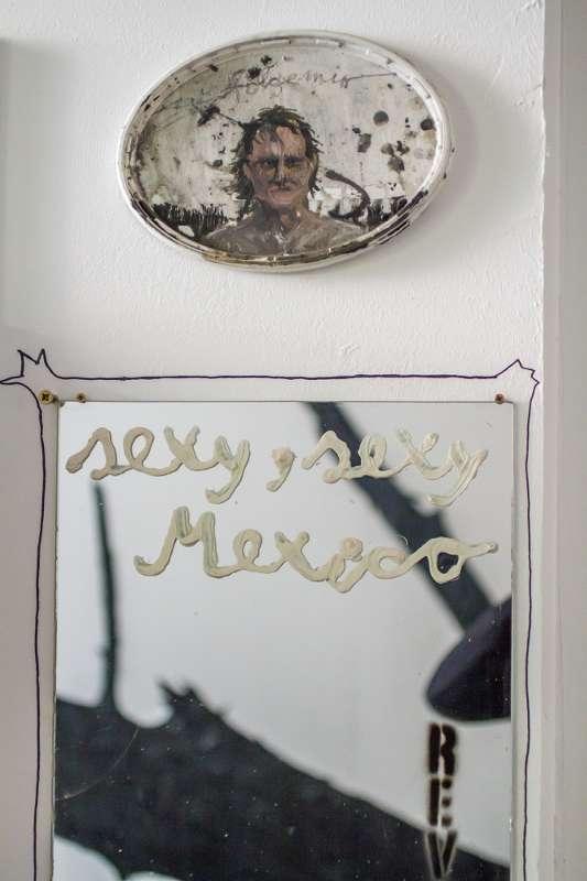Spiegel mit der Aufschrift Sexy, sexy, Mexik, darüber ein Selbstportrait von Helge Hommes.
