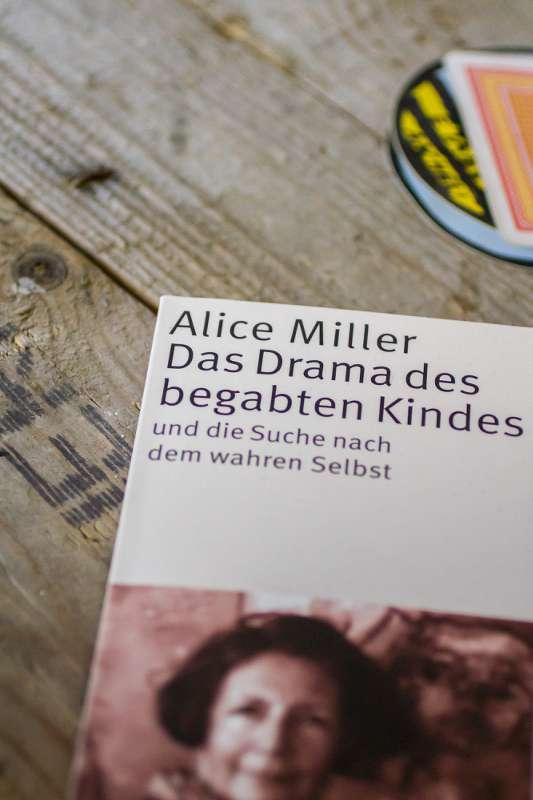 Das Buch, das Drama des begabten Kindes von Alice Miller.