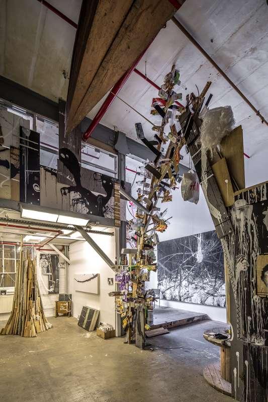 Ein Bogen aus Verpackungsmaterial verbindet den vorderen- und hinteren Teil des Ateliers.