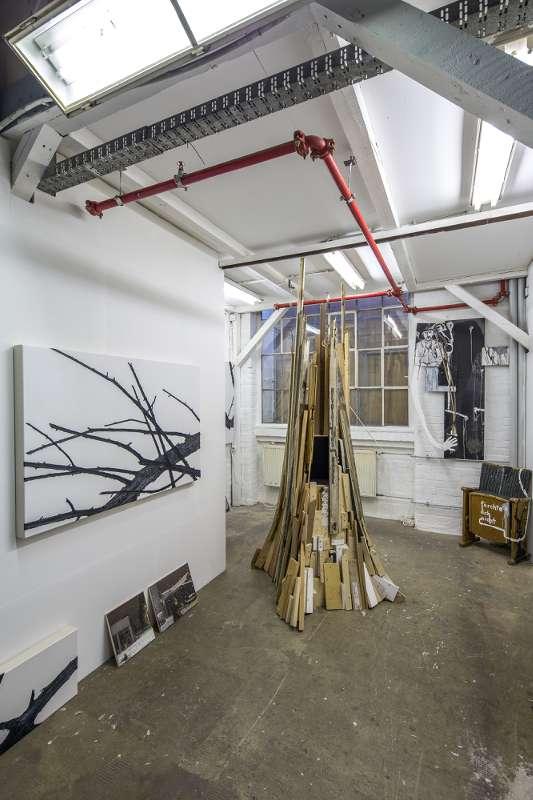 Im hinteren Teil des Ateliers befindet sich auch eine Lagermöglichkeit für Material oder fertige Arbeiten.