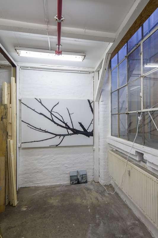An der Wand hängt eine etwas ältere Arbeit, links kann man die Öffnung zur Stellage erkennen.