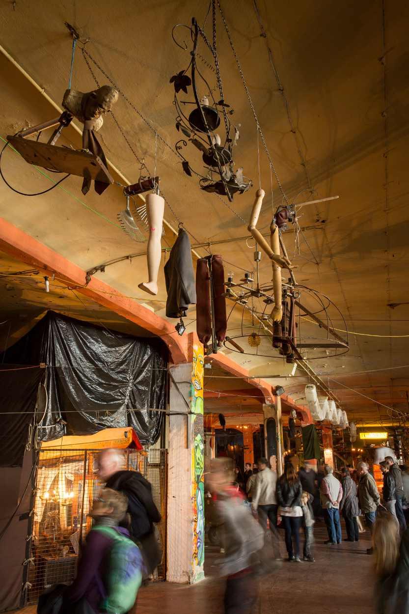 An der Decke von Bimbotown hängen zahlreiche Figuren, die von Jim Whiting gefertigt wurden.