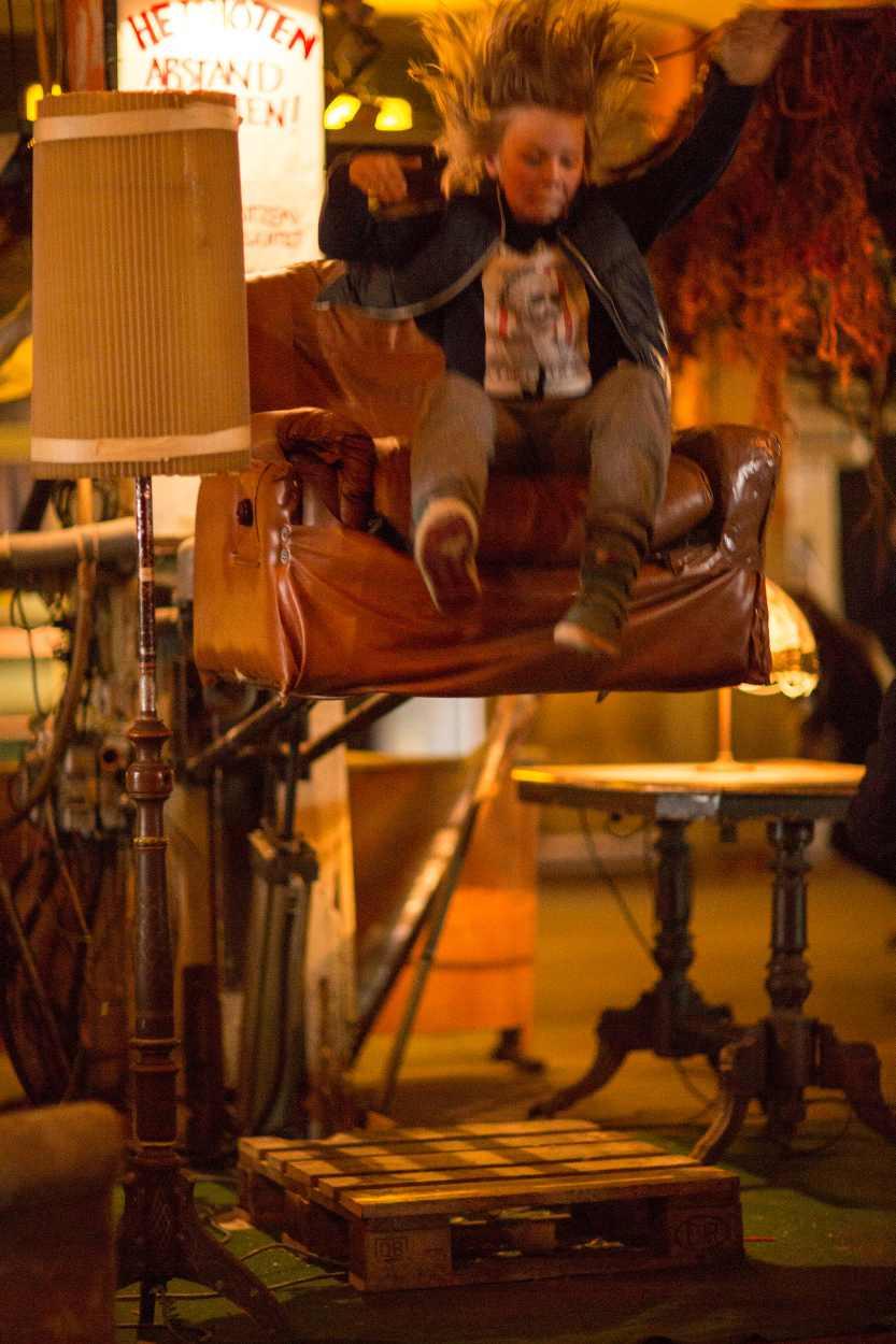 Ein Kind wird von einem hüpfenden Sessel in die Luft geschleudert.
