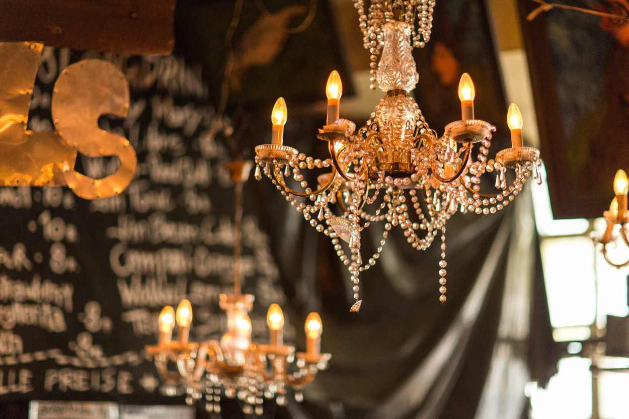 Kronleuchter im Bar-Bereich des Bimbotown in Leipzig.