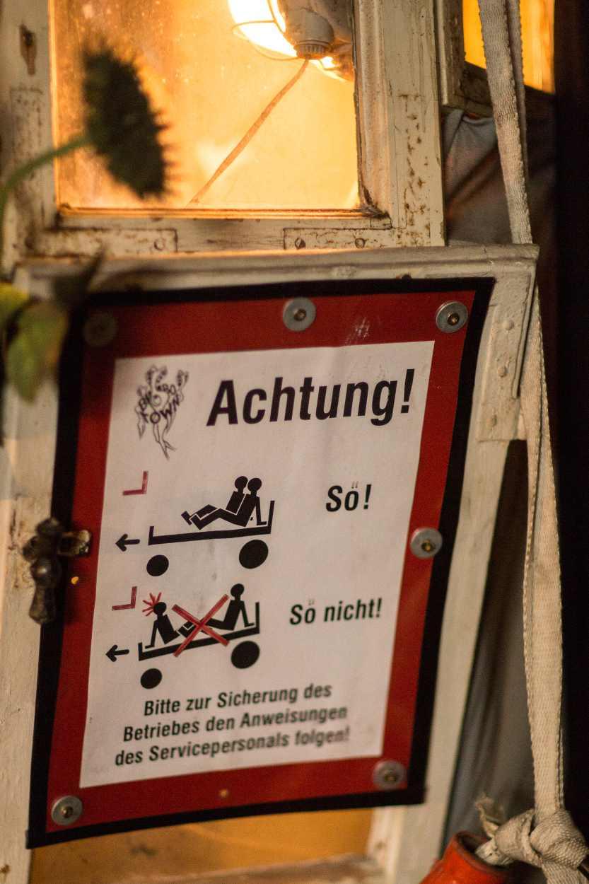 Warnschild an einem Gerät im Bimbotown in der Baumwollspinnerei Leipzig.