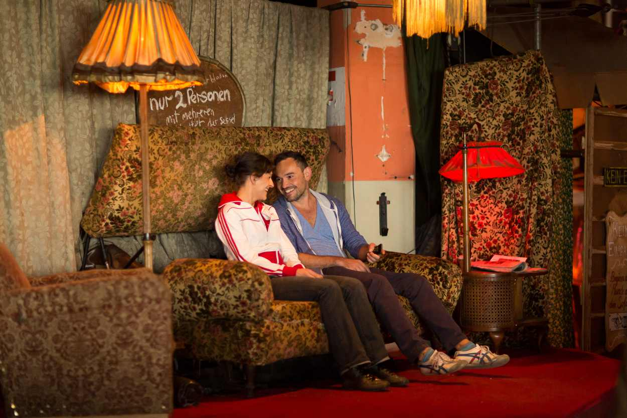 Zwei Personen sitzen auf dem fressenden Sofa im Bimbotown.