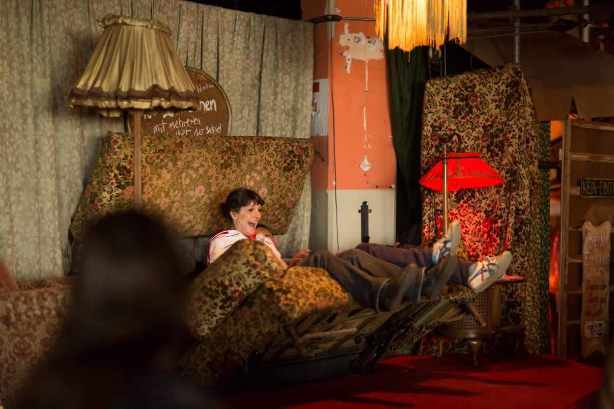 Ein fressendes Sofas steht im Bimbotown auf der Baumwollspinnerei in Leipzig.