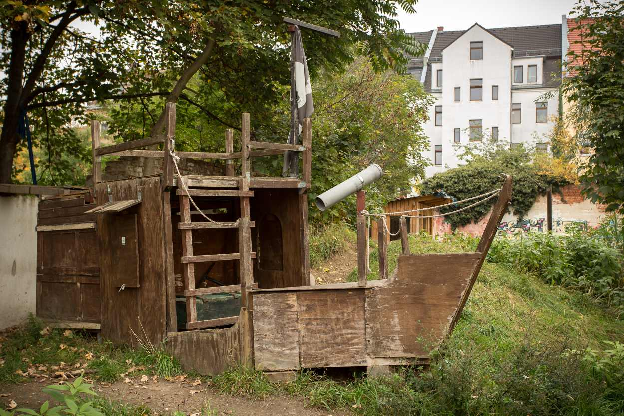 In den Nachbarschaftsgärten in Leipzig Lindenau gibt es viele Spielmöglichkeiten für Kinder, die in ehrenamtlicher Arbeit gebaut wurden, wie zum Beispiel das Piratenschiff.