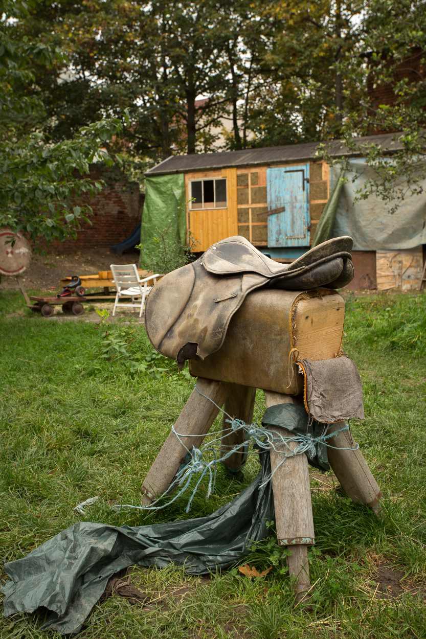 Ponyreiten für Anfänger. Es befinden sich viele Spielgeräte in den Gärten.