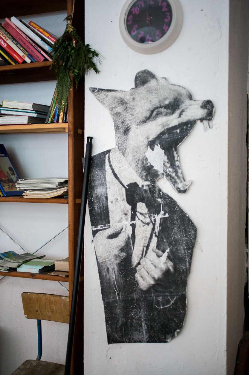 Ein Plakat eines Fuchses hängt an der Wand.