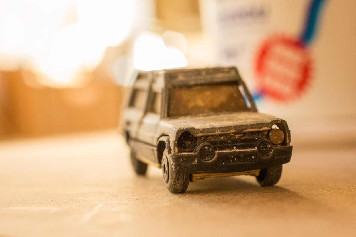 Ein Modellauto, das scheinbar direkt von einer Safari zurückgekehrt ist.