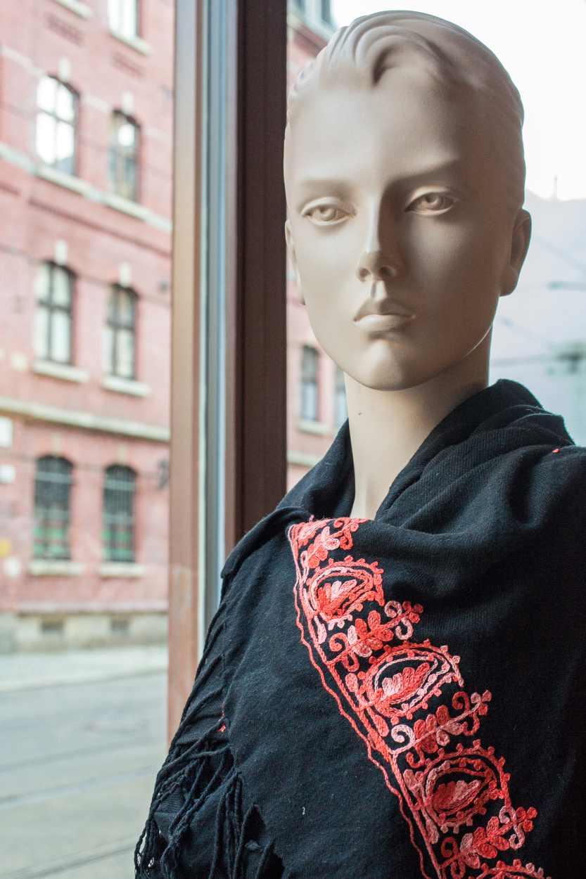 Eine Schaufensterpuppe im Vereinsladen von Kunzstoffe.