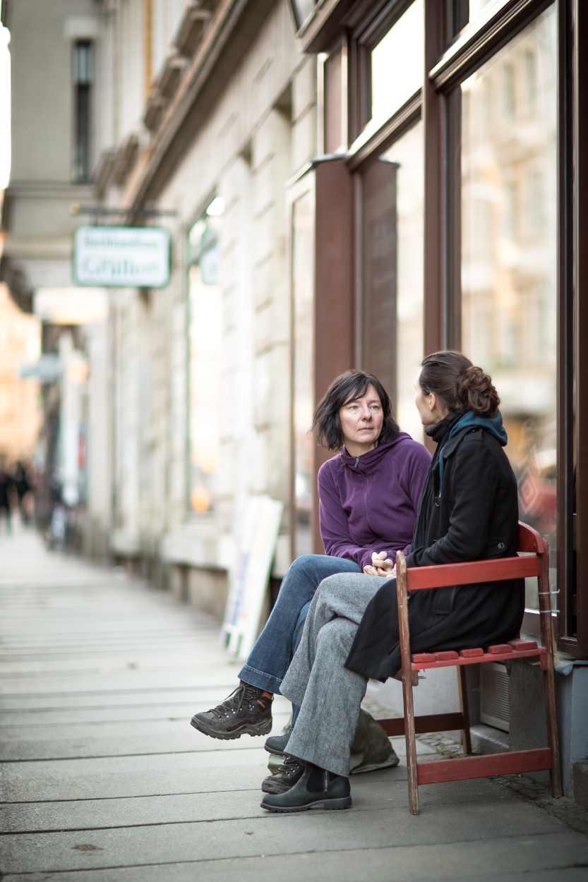 Daniela Nuß in ein Gespräch vertieft vor dem Laden von Kunzstoffe.