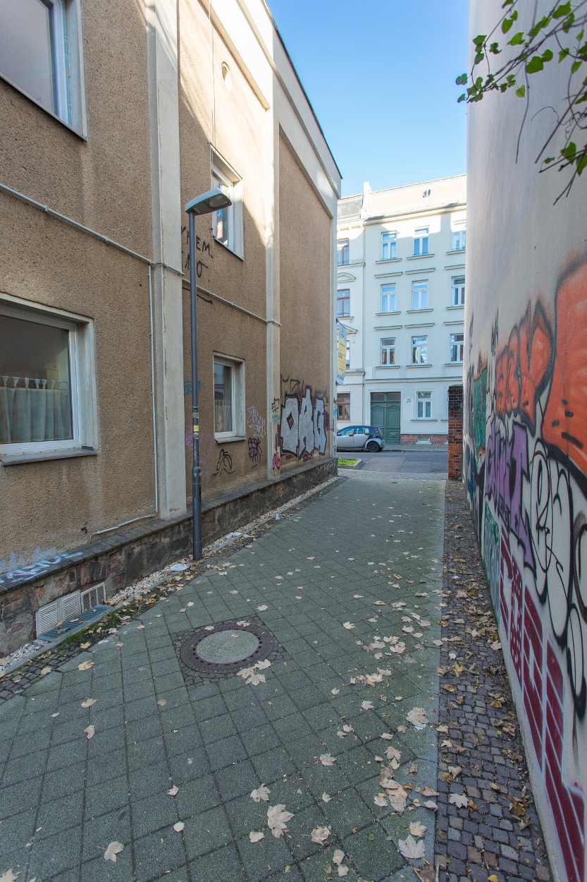 Wenn man vom Karl-Heine-Kanal an der Helmholtzschule abbiegt, kommt man auf die kleine Wegeverbindung in die GutsMuthsstraße.
