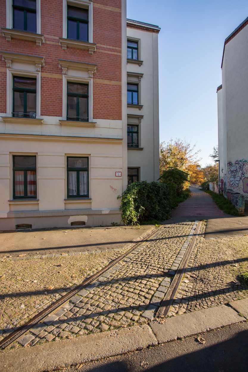"""Eine ehemalige Industriegleisverbindung wurde 2004 in eine Wegeverbindung umgewandelt: die """"Grünen Gleise"""" Leipzig Plagwitz."""
