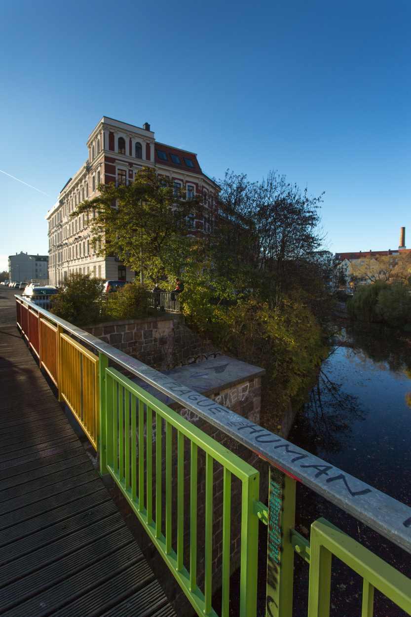 Eine Brücke als Wegeverbingung, die Fußgängerbrücke über den Karl-Heine-Kanal, die die beiden Teile der Aurelienstraße miteinander verbindet. Seit Herbst 2015 regenbogenfarben angesprüht.