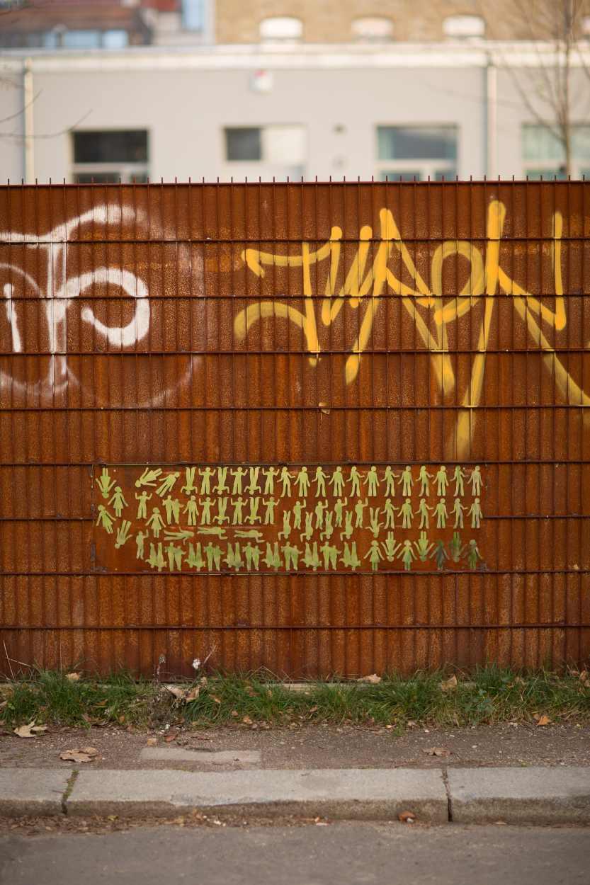 Metallzaun mit ausgestanzten Figuren in der Siemeringstraße in Leipzig Lindenau.