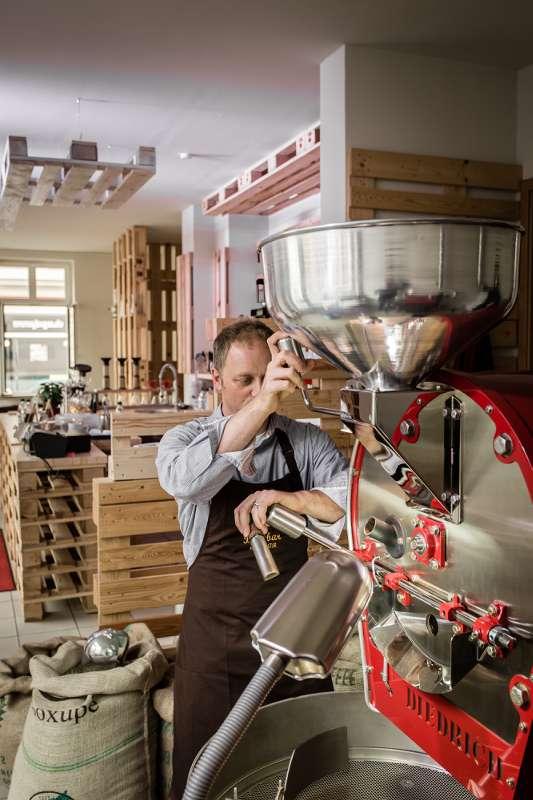 Peter Dorndorf bedient die Röstmaschine