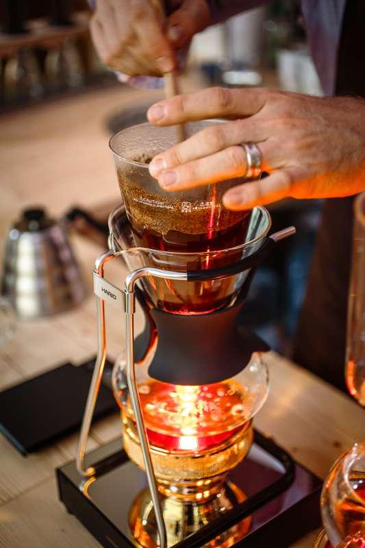 Peter Dorndorf beim Aufbrühen des frisch gemahlenen Kaffees in einem Siphon der japanischen Firma Hario