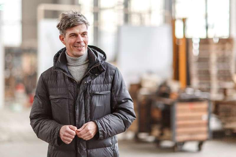 Peter Sterzing in der großen Werkhalle des Westwerks.