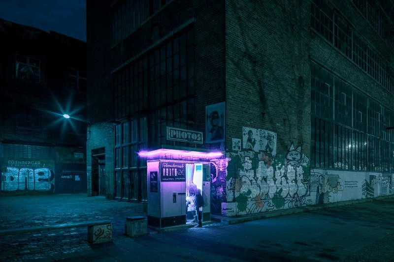 Fotokabine vor dem Westwerk auf der Karl-Heine-Straße bei Nacht.