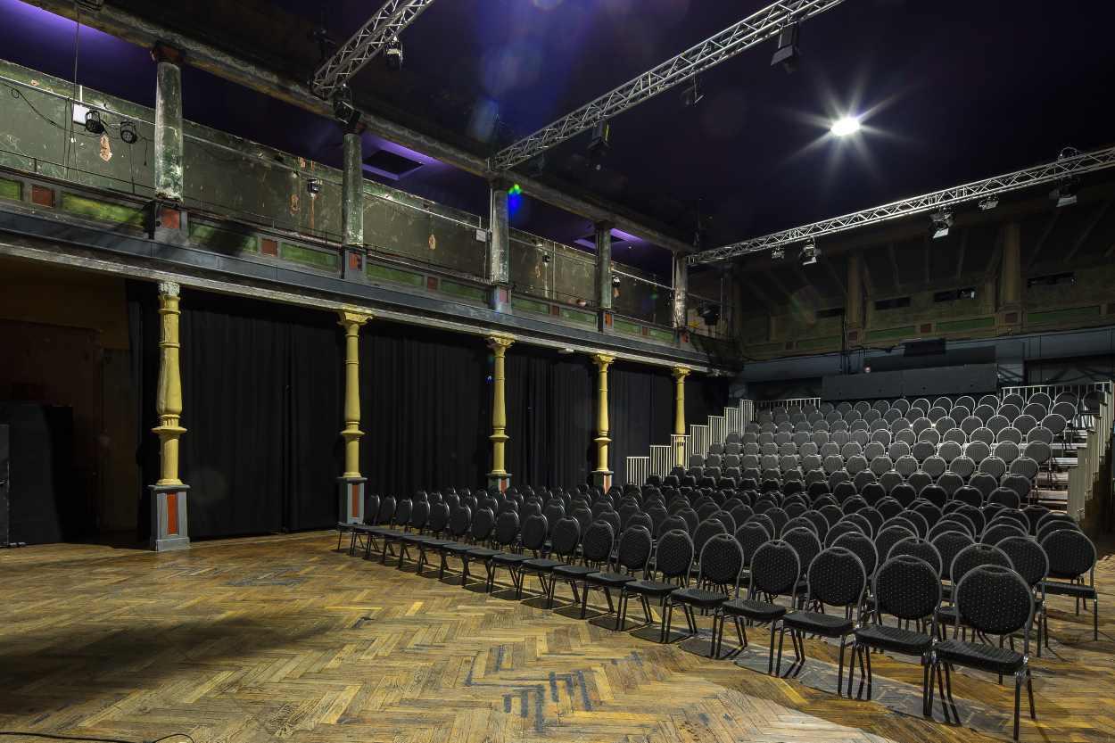 Blick in den Ballsaal der Schaubühne Lindenfels, der aus der Epoche des Jugendstils stammt.