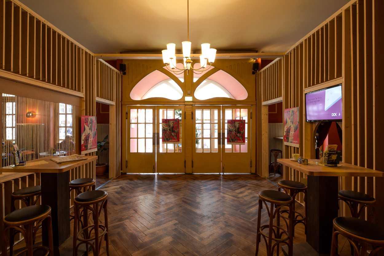 Betritt man die Schaubühne Lindenfels in Leipzig Lindenau, gelangt man zuerst in den großen Raum der Hausbar.