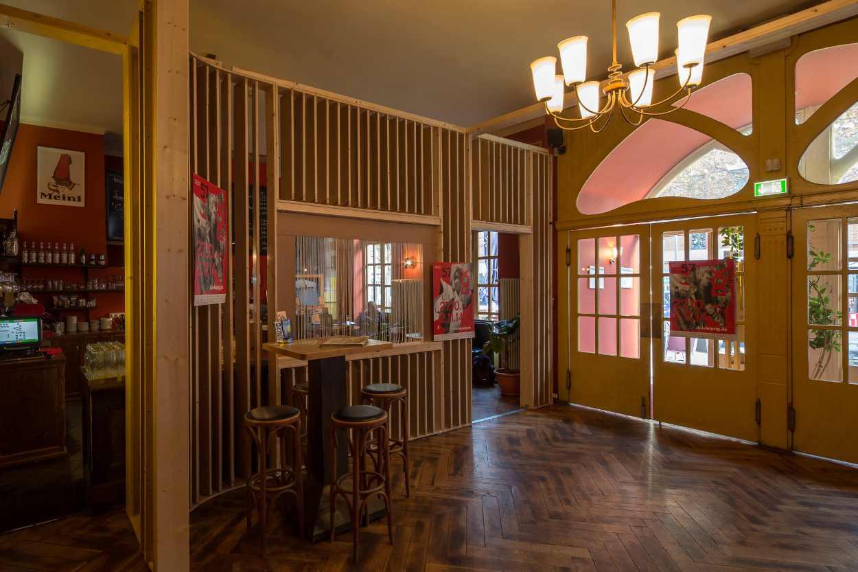 Blick auf die Bar des Café Nora Roman in Leipzig Lindenau.