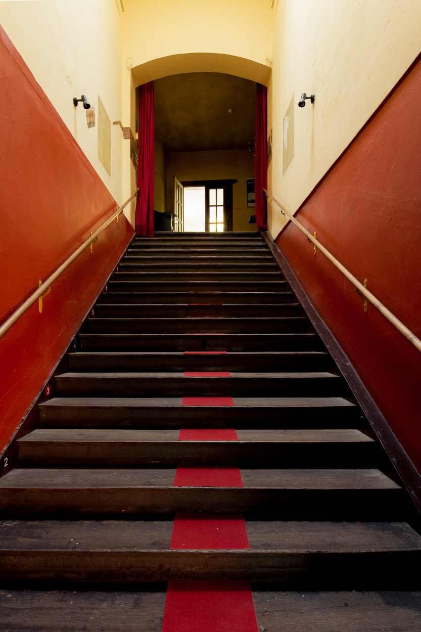 Treppenaufgang zum Grünen Salon, dem Programmkino der Schaubühne Lindenfels.