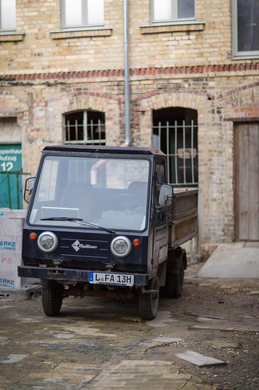 Ein Transporter steht im Hof des zu sanierenden Gebäudes im Bildhauerviertel Leipzig.
