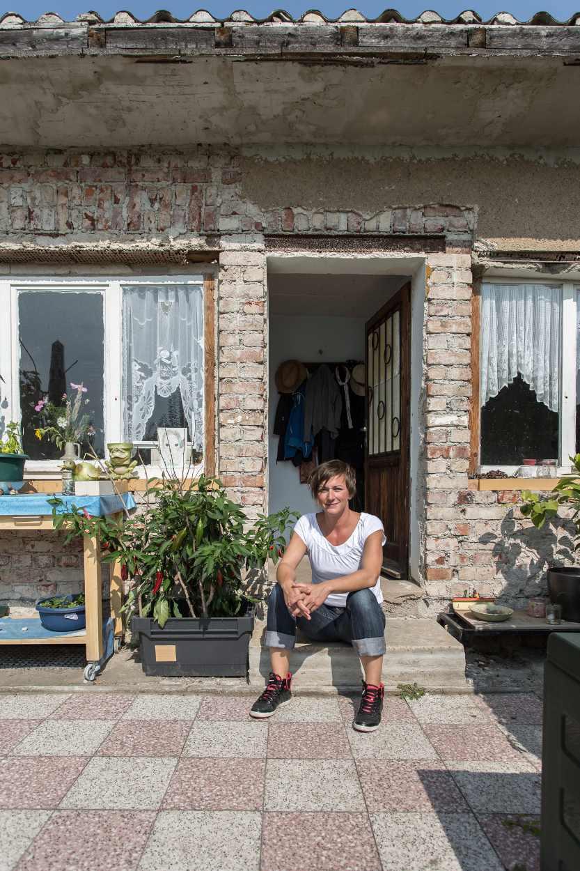 Steffi Geschewski sitzt vor ihrer Kleingartenhütte.
