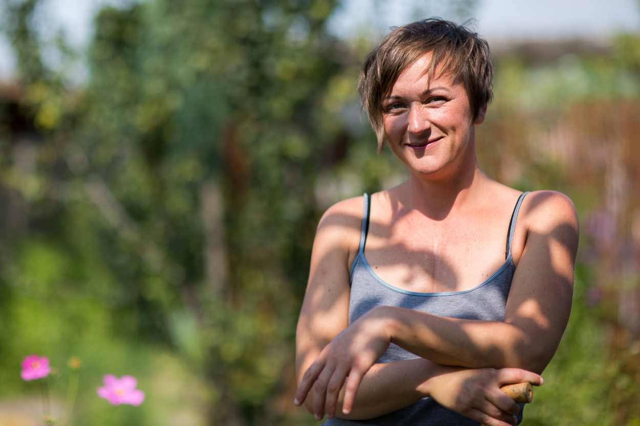 Steffi Geschewski in ihrem Kleingarten in Leipzig Lindenau.