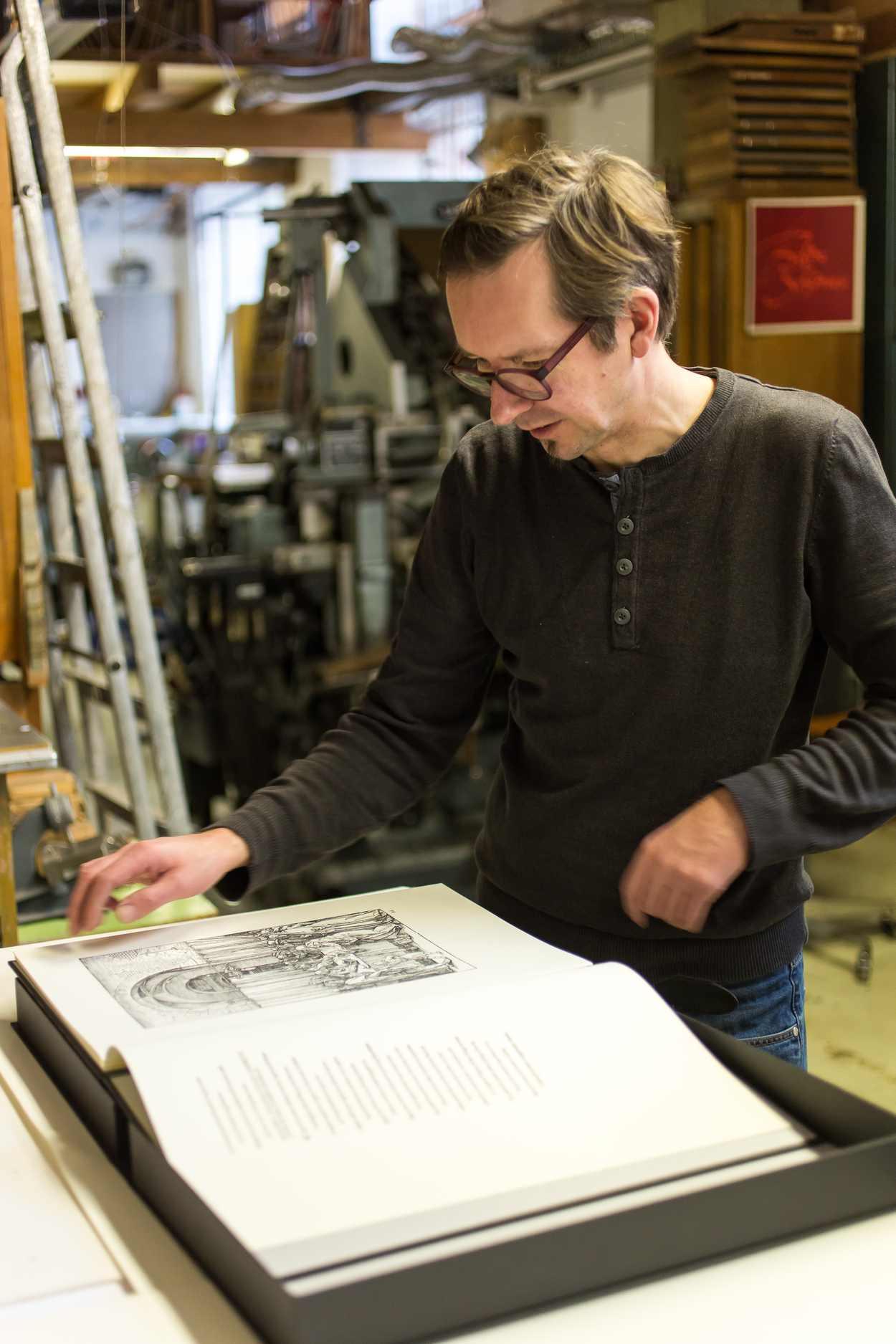 Thomas Siemon mit der von ihm gedruckten Faksimile-Ausgabe von Dürers »Marienleben«.
