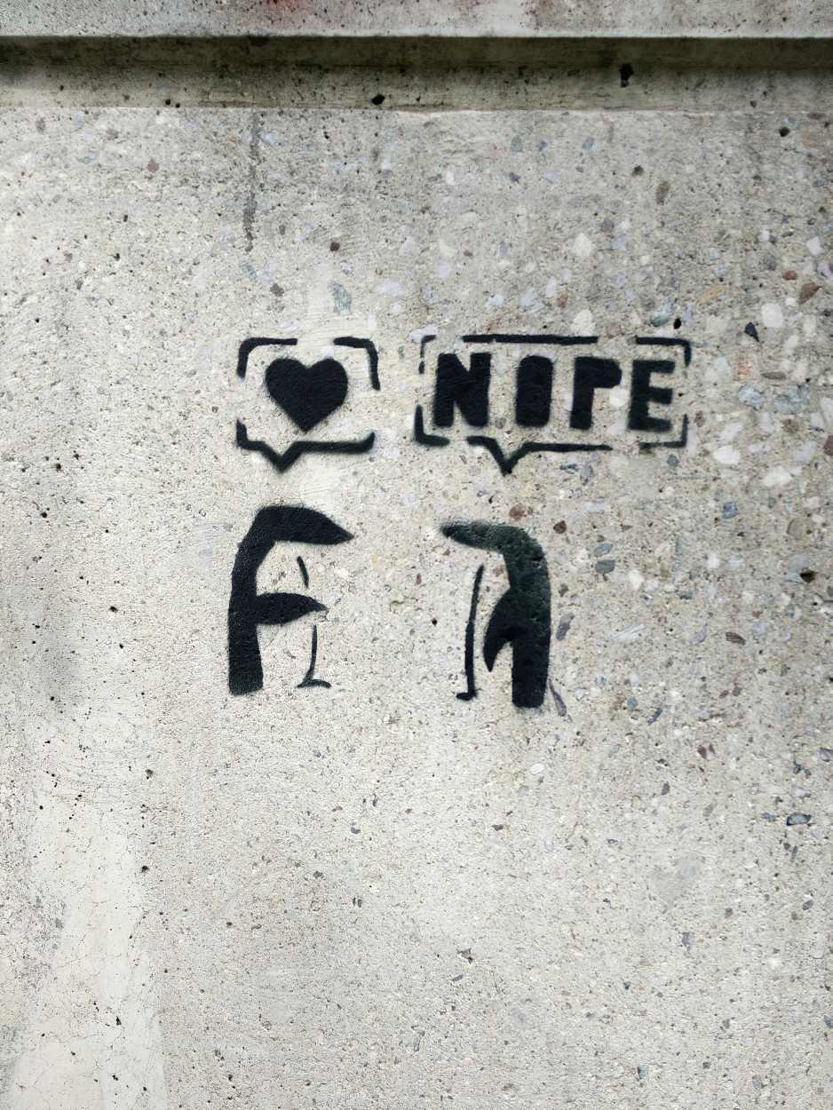 Illustration eines Dialogs zwischen zwei gemalten Pinguinen. Ein Pinguin gesteht seine Liebe, der andere sagt NOPE.