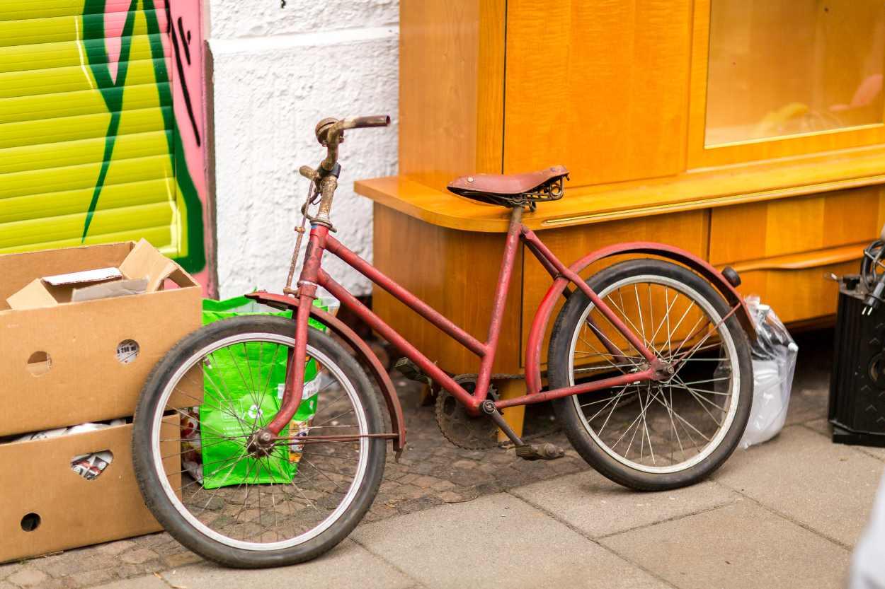 Ein zu verkaufendendes Fahrrad auf dem Westpaket in der Karl-Heine-Straße in Leipzig-Lindenau.