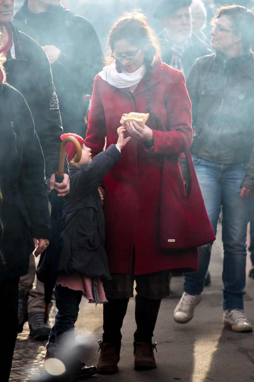 Mutter und Tochter während des Westpakets auf der Karl-Heine-Strasse in Leipzig.