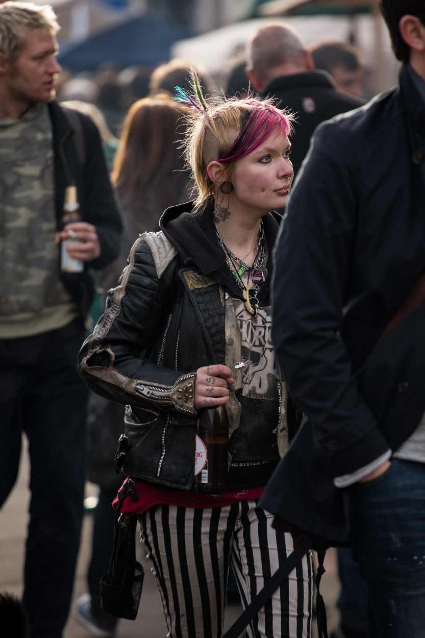 Eine Besucherin des Westpakets auf der Karl-Heine-Strasse in Leipzig.