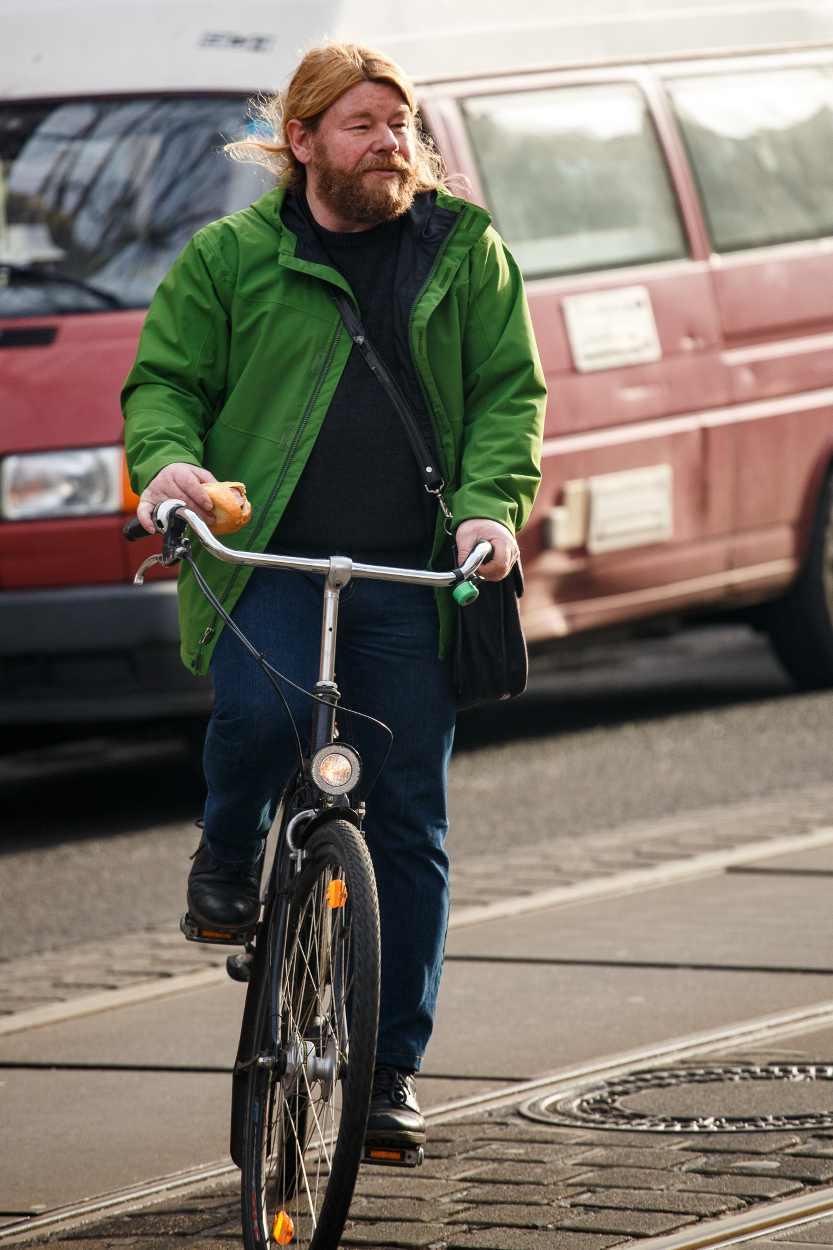Steffen Balmer auf dem Fahrrad während des Westbesuchs in Leipzig.