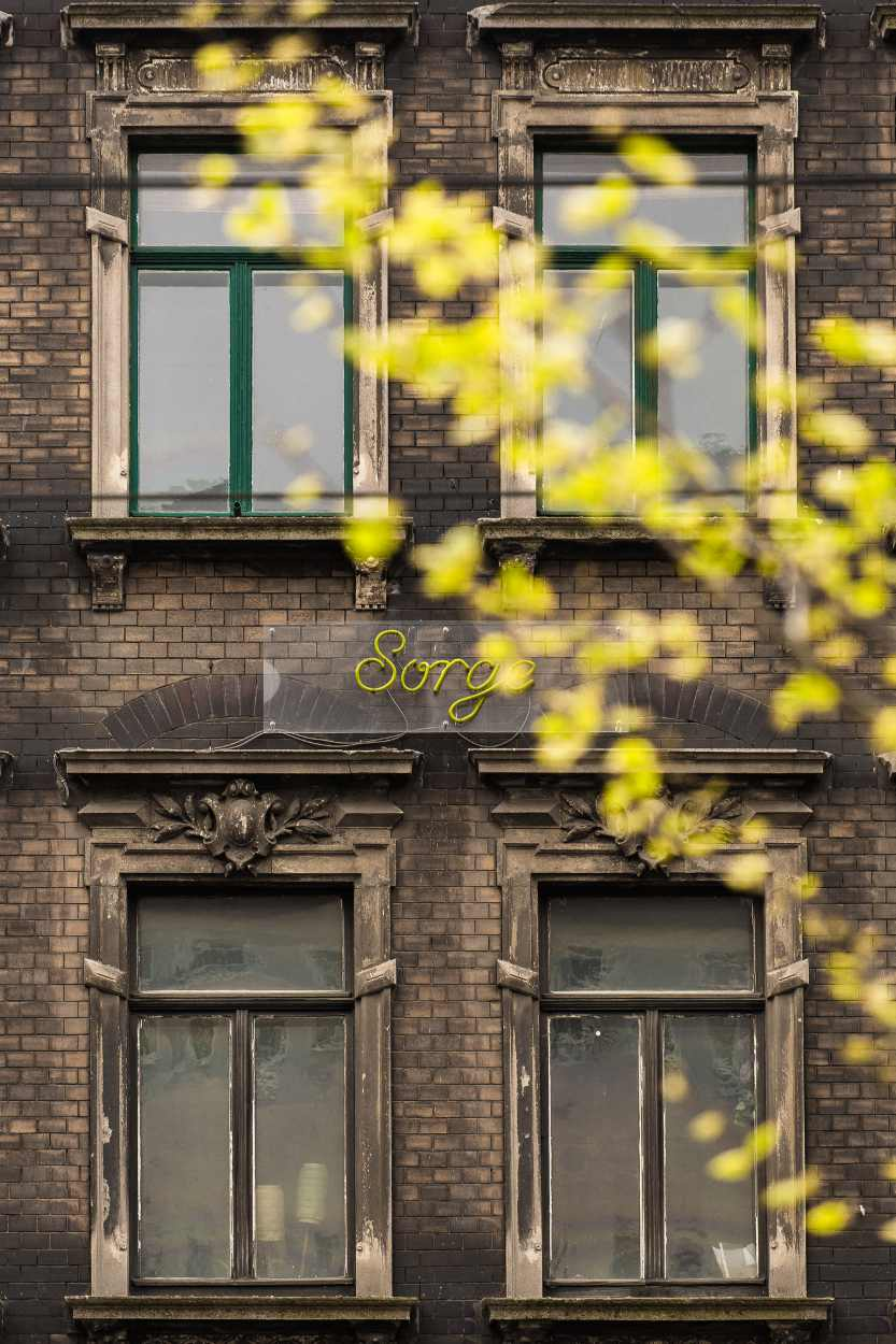 Schriftzug 'Sorge' der Hohen Worte an einer Hausfassade in Leipzig Lindenau.