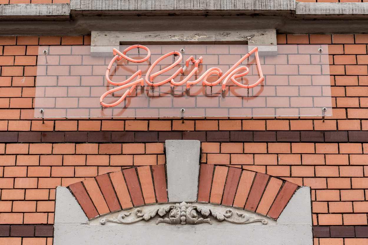 Schriftzug 'Glück' an einer Hausfassade in Leipzig Lindenau.