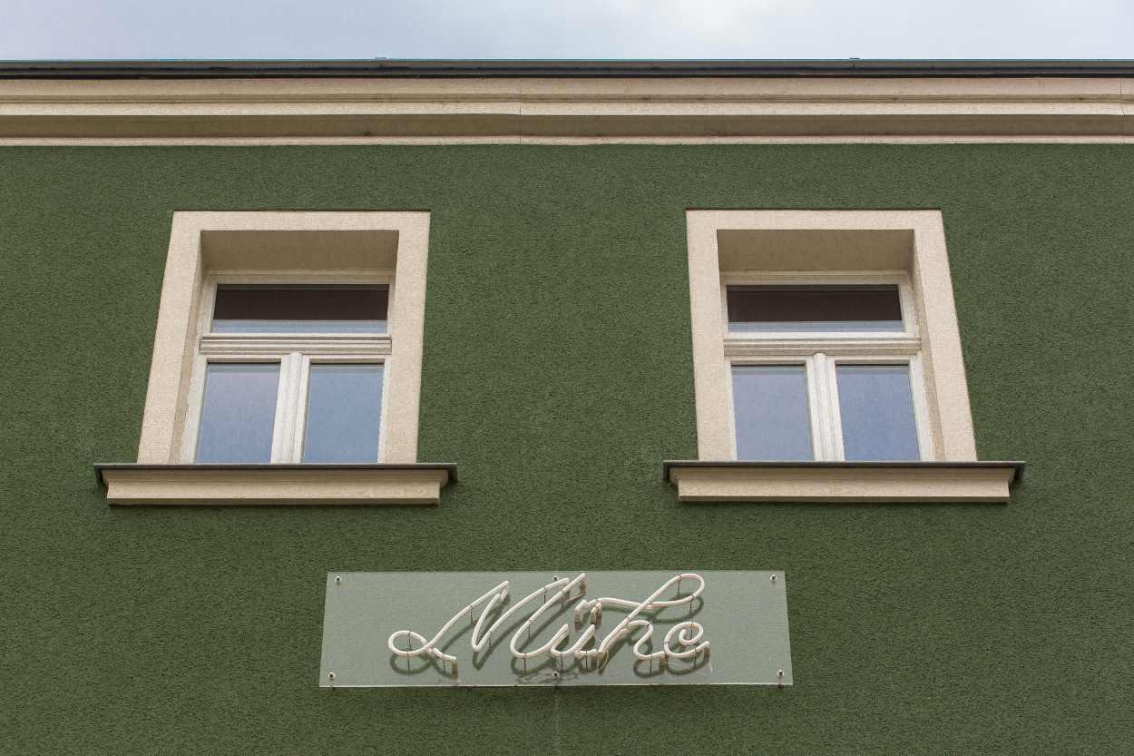 Schriftzug 'Mühe' an einer Hausfassade in Leipzig Lindenau.