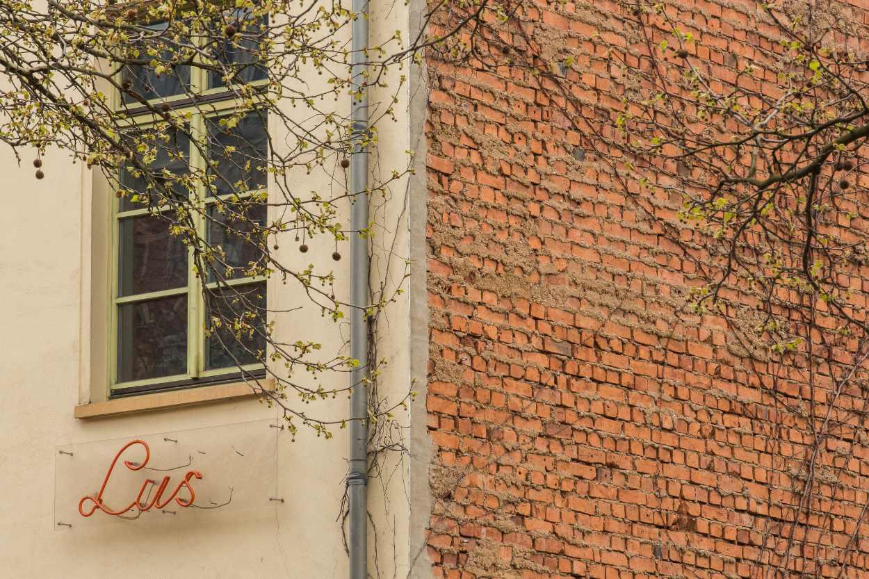 Schriftzug 'Lust' an einer Fassade der Schaubühne Lindenfels in Leipzig Lindenau.
